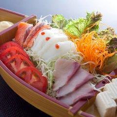 舟盛り海鮮サラダ