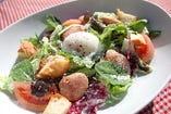 【サラダ】粗挽きフランクと温泉卵のシーザーサラダ