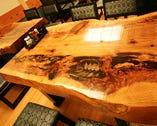 杉と銀杏の一枚板のテーブルなど 店内のインテリアにもこだわります!