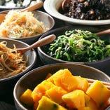 きんぴらごぼうやひじき煮、茄子の揚げびたしなど、季節のおばんざいで野菜不足を解消しましょう!
