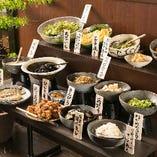 ビジネス街で働く方々に大評判のランチは、手作りのおばんざいや創作和食が食べ放題のバイキング(900円)