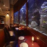 3組限定でご利用いただける水槽前の特別席はスペシャル感満点