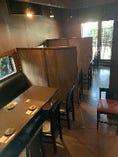 一階席は各テーブルの間にパーテーションを設置しています