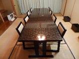個室は椅子・テーブル席。畳が足に気持ちいい。
