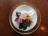 ランチは信州のお茶うけ料理を盛り合わせた「こびる鉢」から。