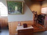 店内には地元の作家の絵画や版画、美術書などもあります。