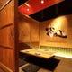 4名様用個室『鶴の間』 真紅の漆塗り天井が印象的