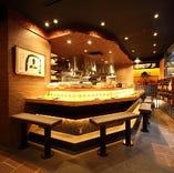『幅広カウンター席』 フルオープンキッチンの10席