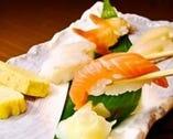 コダワリの寿司。何と、一皿2個が86円(税抜き)から、100種