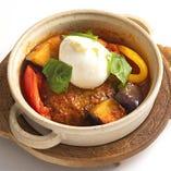 モッツァレラ・ブラータと南欧野菜のトマトソース煮込みハンバーグ