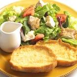 グリルチキンとカマンベールチーズのオープンフレンチサンド