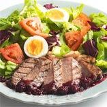 牛ステーキのサラダ 赤ワインとベリーのソース
