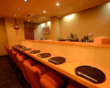 カウンター席のほか2~12名様まで収容可能な個室をご用意