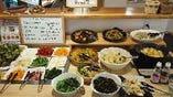 ランチにはお惣菜食べ放題もついてきます!