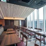 博多が見渡せる眺めの良いテーブル席。おひとり様も大歓迎!