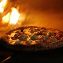 薪窯で焼くマルゲリータ