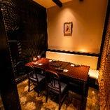 隠れ家感のある、すだれで仕切った半個室のテーブル席(3〜6名様×2卓)