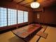 天然木のテーブル、落ち着いた 雰囲気の座敷を2部屋ご用意