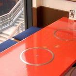 《道頓堀を望む》窓際のお席は、ミナミの風景も味わえる特等席