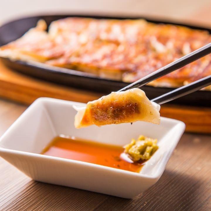 鹿児島県産の黒豚と国内産の野菜を使用した、自家製手作り餃子!