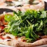 山盛りパクチーと自家製ソーセージのピッツァ