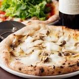 黒トリュフとストラチャテッラチーズのピッツァ