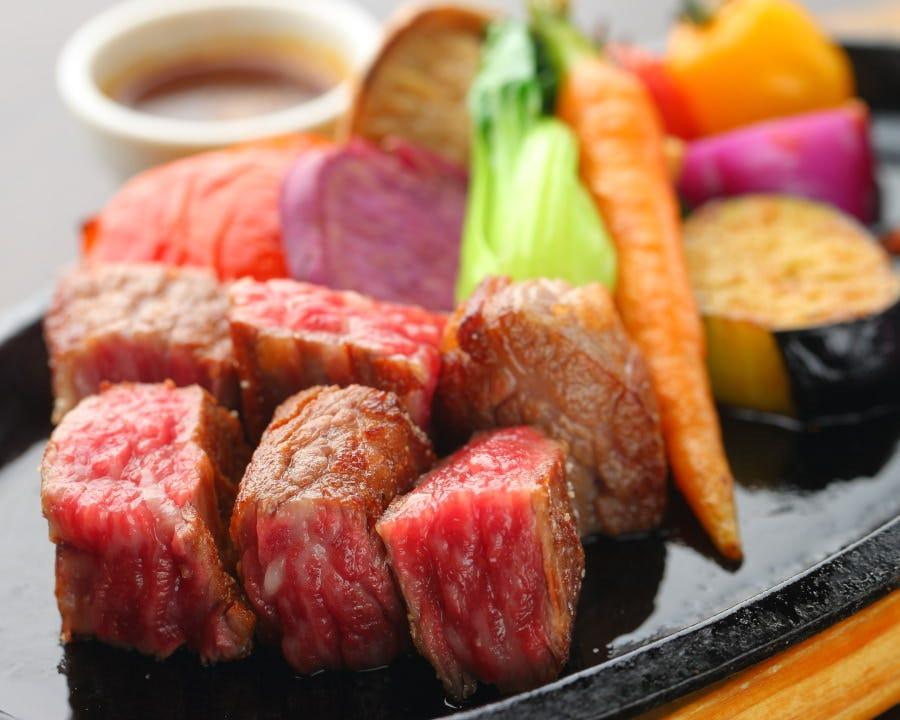 肉厚ジューシーな角切りステーキを四国野菜と一緒に!