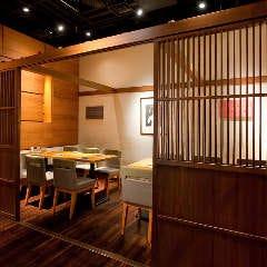 木製の可動式ふすまの奥が個室利用席(10名~12名様)
