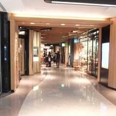 """ビルに入ると左手から""""Iiyo yokocho゛です。 当店は約100M先の突き当りにございます。"""