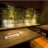 風情のある中庭を眺める個室席は少人数様でもご利用頂けます。