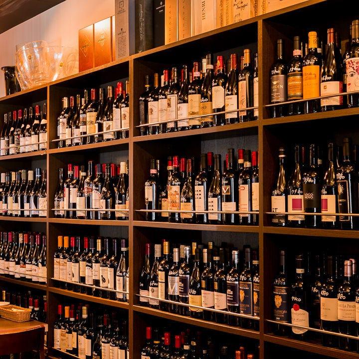 約100種類のワインがずらりと並ぶ