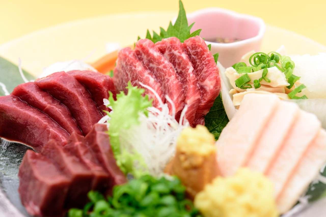 厳選吟味された赤身、極上霜降り、レバーなど部位6種を一皿に。