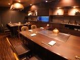 お席は、焼肉席と鉄板焼席をそれぞれご用意しております。