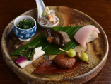 旬の野菜や魚と蕎麦を組み合わせた、蕎麦店ならではの前菜。