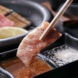コースではステーキを陶板で焼いてお楽しみいただいています。お好みでタレまたは塩を付けてお召し上がりください。