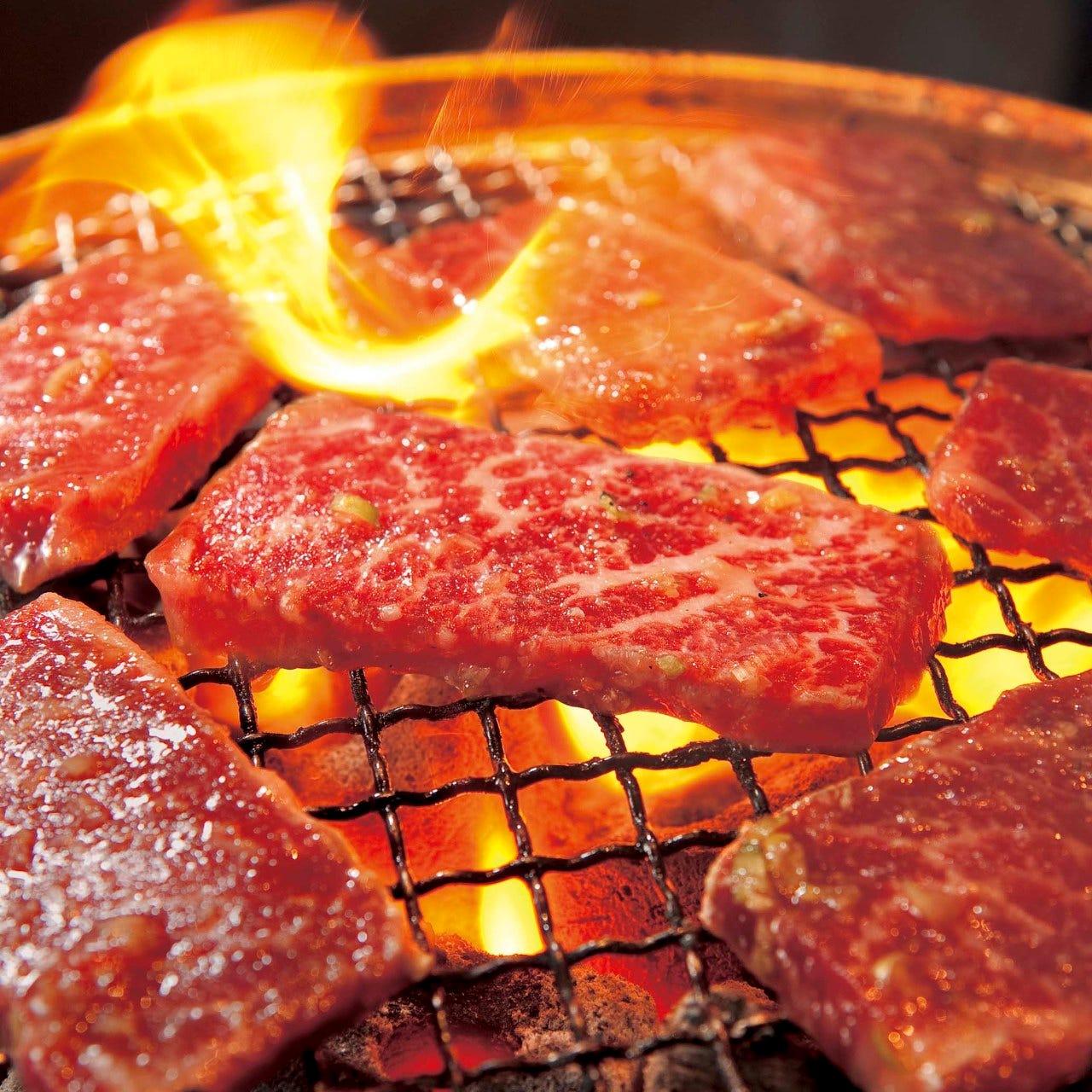 自慢の肉を炭火で楽しむ