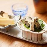 新しい日本酒の肴を探して、チーズに行き着きました。チーズソムリエと一緒に選んだブルーチーズとスモークチーズは、意外にも日本酒との相性抜群です。