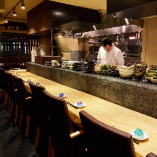調理の手仕事が見えるカウンター席は店主やスタッフからおすすめなどを聞くこともできます。