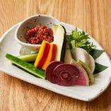 もろ味噌を付けて、生の京野菜をお召し上がりください。
