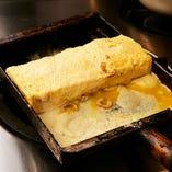 穴子入りだし巻き玉子は、自慢の出しと卵をたっぷり6個使って、一つひとつ丁寧に巻いています。当店人気商品です。おすすめです。