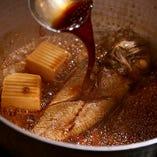 魚の煮付けは、自慢の出汁を基本とした煮汁で丁寧に調理しています。京の味をお愉しみください。