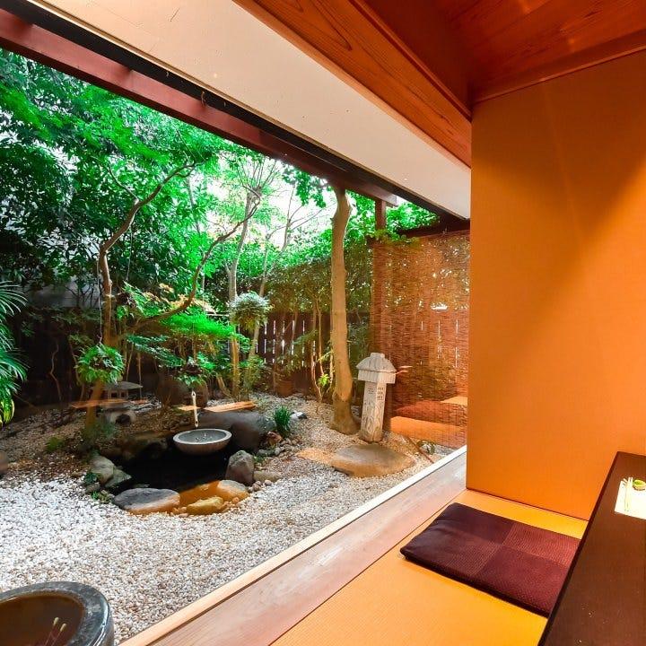 和の情緒溢れる美しい中庭を望める個室席もご用意しております