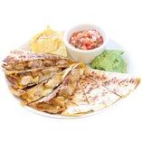 Mexican Food の中でも人気のケサディラ。フレッシュ サルサとワカモレを付けてお楽しみください。
