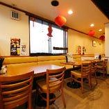大型宴会も可能な片側ソファーの窓側テーブル席(1〜4名様×4卓/1〜2名様×2卓)