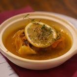 本日の鮮魚のブイヤベース風。海藻バターとオレンジの風味