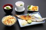松茸ご飯と松茸お吸い物、松茸入り海鮮茶碗蒸し、旬の焼き魚又はお刺身盛り合わせをお付けして。ランチに!