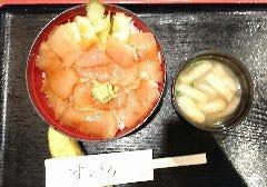 愛情丼 その1 新鮮、梶木切り落としの漬け丼 食物繊維やビタミン、ミネラルの豊富な野菜も添えました