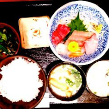 10月18日替わりランチ(A)日本海の朝どれ刺身たっぷり、今朝の5種盛。 (写真はイメージです
