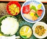 ランチ、夕定食は栄養バランスに配慮し新鮮な刺身定食などを提供