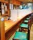 カウンターは椅子を減らした上仕切り板を取り付け対策強化。